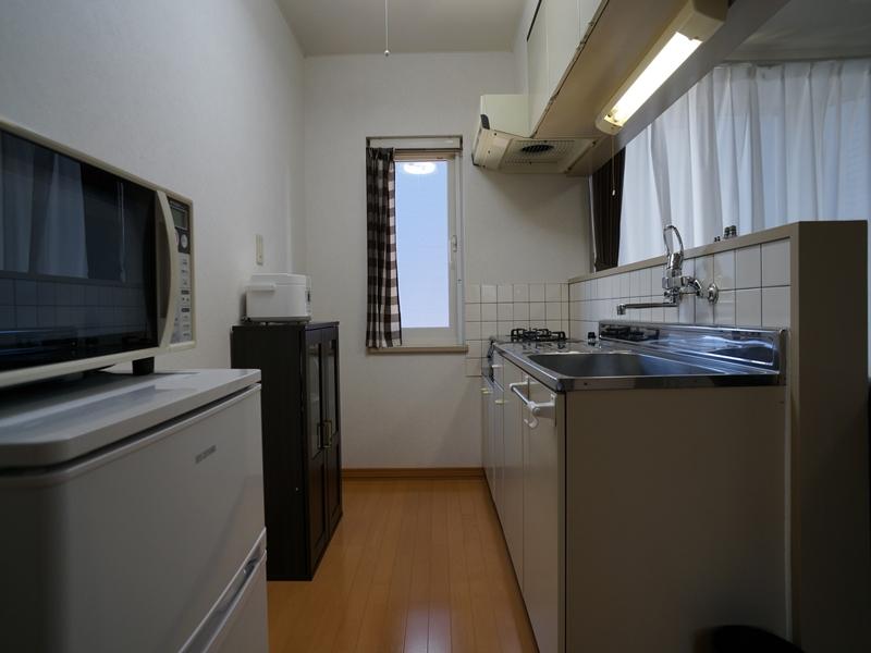 対面キッチン。小窓があるキッチンです。