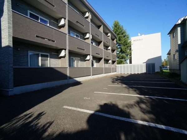 建物南側駐車場